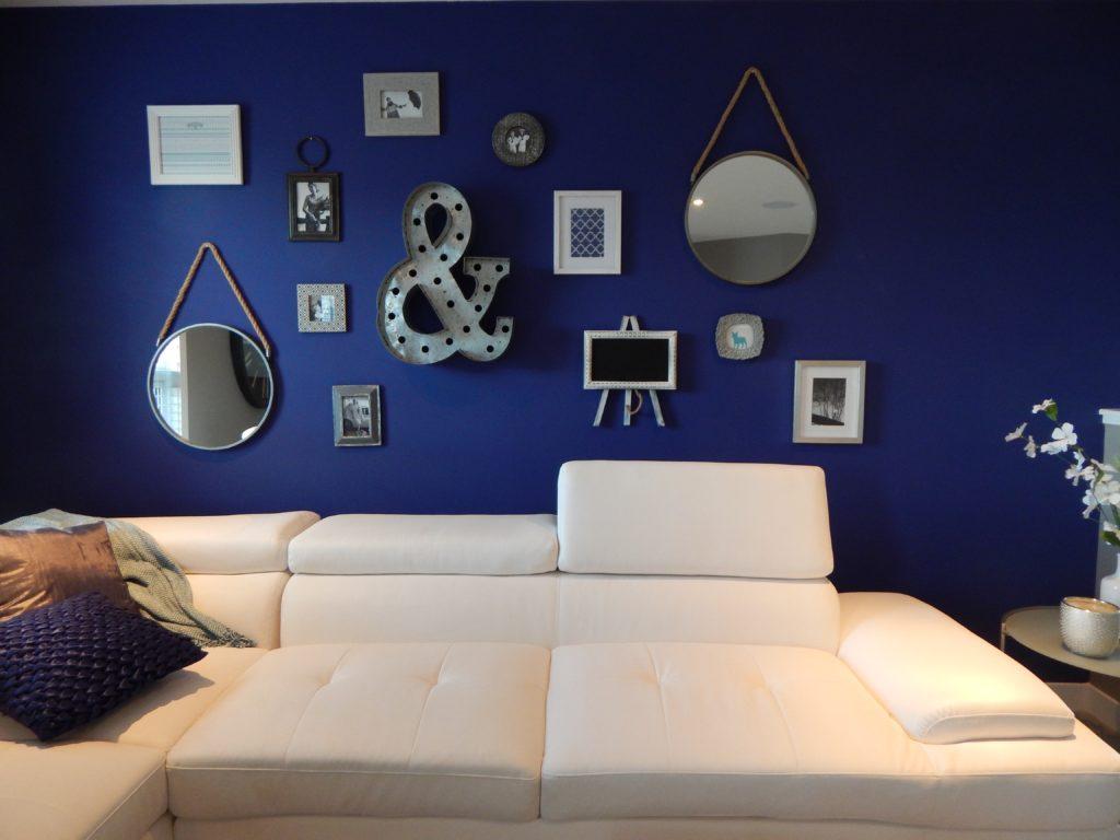 mur couleur indigo avec cadres et miroirs