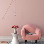 fauteuil rose et vase